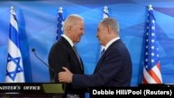 ჯო ბაიდენი, მაშინ აშშ-ის ვიცე-პრეზიდენტი, ხელს ართმევს ისრაელის პრემიერ-მინისტრს, ბენიამინ ნეტაენიაჰუს იერუსალიმში შეხვედრისას. 2016 წლის 9 მარტი.