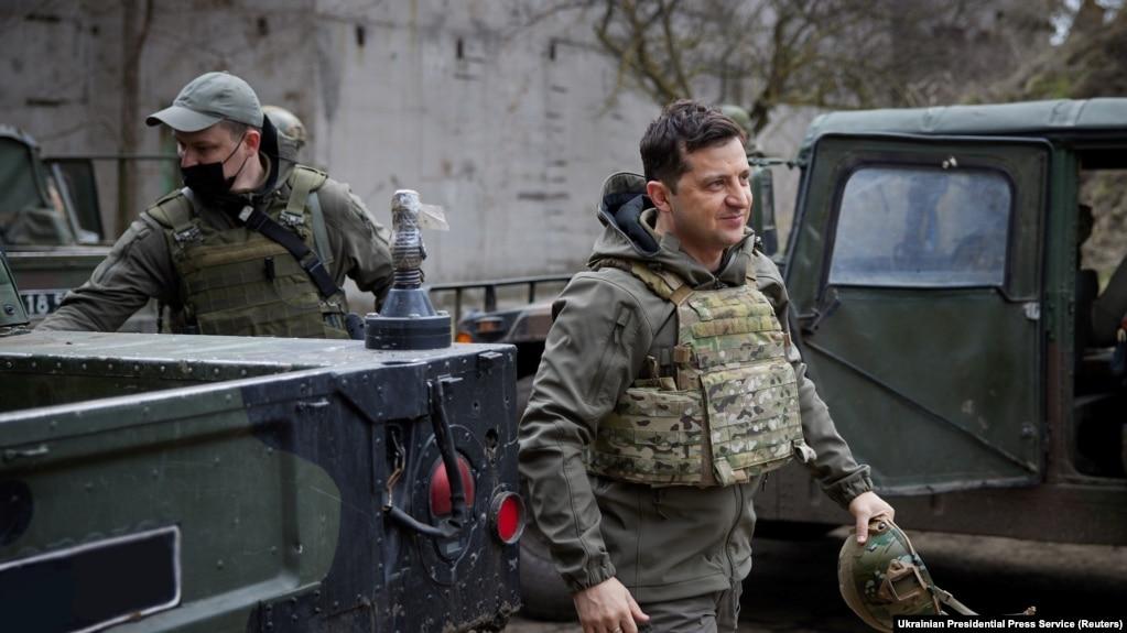 Владимир Зеленский во время поездки в Донбасс 9 апреля 2021 года