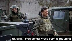 Зеленский посещает военных в Донбассе