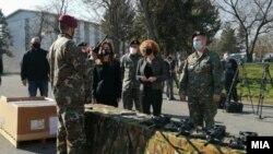 Министерката за одбрана Радмила Шекеринска и американската амбасадорка Кејт Брнс на предавањето на американската донација во Скопје