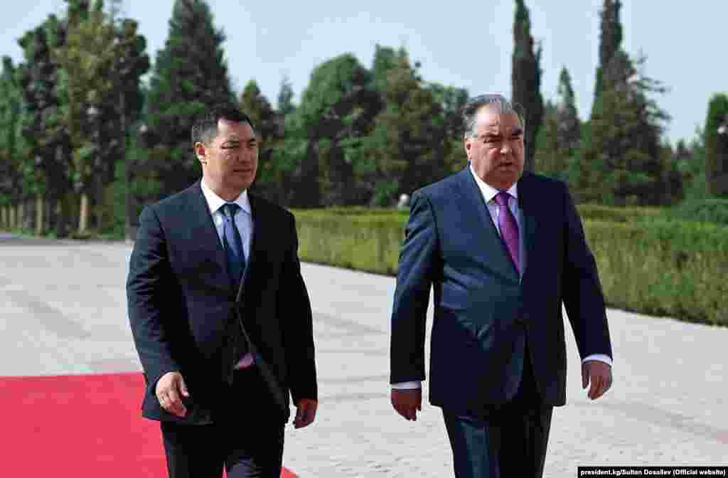 Кыргызстанда президенттик шайлоодон кийин мамлекет башчысы болгон Садыр Жапаров президент катары Эмомали Рахмон менен биринчи ирет кездешүүдө.