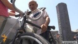 82-ամյա հեծանվորդն իր հեծանիվով է միացել «տրանսպորտային» ակցիային