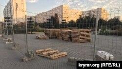 Территория возле здания Гагаринского муниципалитета за строительным забором