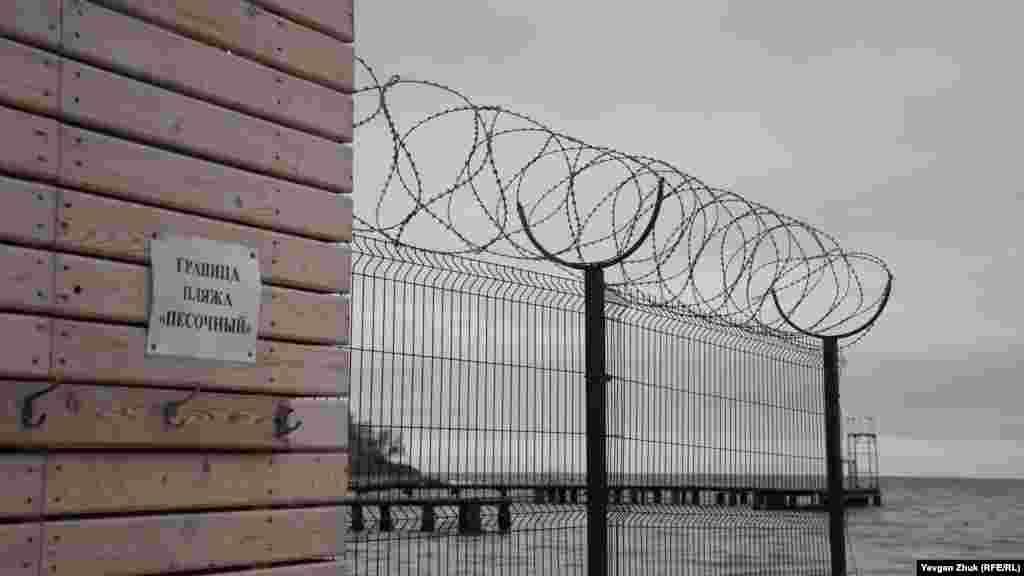 Від Нахімовського військово-морського училища пляж «Піщаний» відділений парканом з колючим дротом