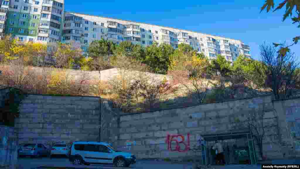 Схили плато укріплені підпірними стінками з альмінських блоків