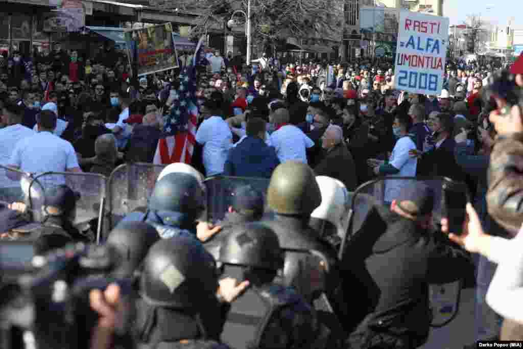 МАКЕДОНИЈА - Основното јавно обвинителство Скопје до Основниот кривичен суд Скопје поднесе предлози за определување мерка притвор за трoјца учесници во протестот за пресудата за случајот Монструм што се одржа во петокот, а на кој беа повредени 11 полицајци.