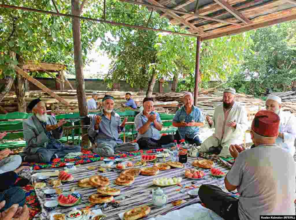 Жалал-Абад шаарындагы айттаган аксакалдар.Өлкөнүн көпчүлүк аймактарында коронавируска байланыштуу жарыяланган өзгөчө кырдаал режими алына элек.