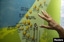 Žena gleda kartu na kojoj su prikazana bivša jevrejska naselja Guš Katif u Gazi, u centru za posjetioce u Nitzanu blizu Ashoda u Izraelu, avgust 2015.