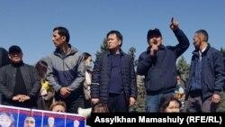 Активист Жанболат Мамай (в центре) проводит митинг «против китайской экспансии». Эта акция была согласована, когда Алматы находился в «красной зоне». 27 марта 2021 года.