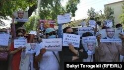 """""""Сапат"""" билим берүү мекемесинин президенти Орхан Инандыны табууну талап кылгандардын митинги. Архивдик сүрөт."""