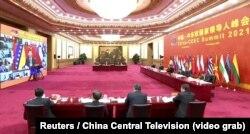 Hszi Csin-ping kínai elnök és más tisztviselő részt vesz a Kína és a kelet-közép-európai országok közti videókonferencián Pekingben, 2021. február 9-én.