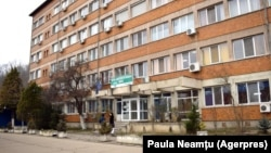 A román egészségügyi miniszter vizsgálatot rendelt el a Resita Megyei Sürgősségi Kórházban, miután magukra hagyott betegeket mutató képek jelentek meg.