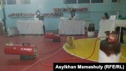 Так обогревали спортзал, где расположен избирательный участок, в школе села Иргели в день выборов. Алматинская область, 10 января 2021 года.