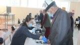 Бишкек - избирательные участки открыты. В Кыргызстане проходят выборы в местные советы и референдум. 11 апреля 2021 года.