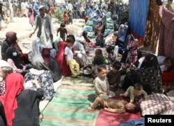 Mii de oameni au devenit refugiați interni, încercând să fugă din calea talibanilor. Aceștia s-au adăpostit in Kabul, dar orașul a căzut astăzi în mâinile militanților.