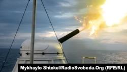 Стріляє кормова гармата прикордонного корабля «Григорій Куроп''ятников» в Чорному морі під час навчань Sea Breeze 2021