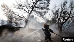 Miercuri dimineață, pompierii contiuau să intervină în suburbia Varibombi, Atena.
