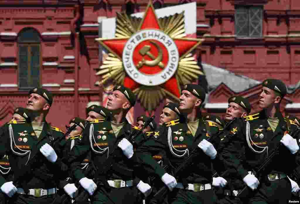 Російські військовослужбовці проходять маршем під час параду до Дня Перемоги на Красній площі Москви 24 червня. Військовий парад, який відзначає 75-у річницю перемоги над нацистською Німеччиною у Другій світовій війні, був запланований на 9 травня, але його перенесли через спалах коронавірусного захворювання