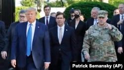Američki predsjednik Donald Trump, ministar odbrane Mark Esper (u sredini) i general Mark Milley obilaze Episkopalnu crkvu sv. Ivana, oštećenu 1. juna u protestima u Washingtonu, 1. juni