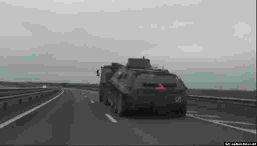 Российская военная техника на трассе «Таврида», 26 марта 2021 года. Тогда, по информации корреспондента Крым.Реалии, в обоих направлениях трассы часто встречались одиночные машины или небольшие колонны без сопровождения военной автоинспекции. Так, в сторону Симферополя проследовало четыре автоплатформы с боевыми машинами пехоты на борту, а также две колонны автозаправщиков и грузовых машин. Одиночные военные автомобили в обе стороны в тот день встречались каждые 15-20 минут