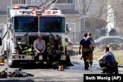 Tűzoltók akcióban 2021. március 23-án, a New York állam-beli Spring Valleyben. Képünk illusztráció