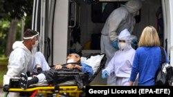 """Здравствени работници носат заболен од коронавирус во Градската болница """"8 Септември"""" во Скопје на 11 јуни 2020"""