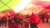 """Montenegró – fiatal állampolgárok ünnepelnek a """"legnagyobb nemzeti zászló"""" alatt a függetlenség 15. évfordulóján, 2021 májusában"""