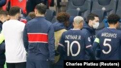 Команда «ПСЖ» покидает футбольное поле в знак протеста