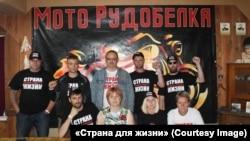 Верхний ряд: в центре – Юрий Власов, справа от него – Александр Шабалин. Нижний ряд: крайний слева – Дмитрий Ивашков, крайняя справа – Татьяна Каневская