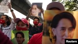 Пратэстоўцы з партрэтамі Аўн Сан Су Чы каля амабсады М'янмы ў Тайляндзе, 1 лютага 2021