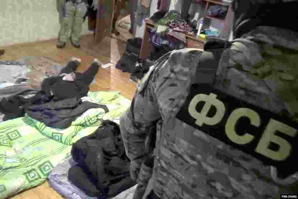 РУСИЈА - Неколку руски медиуми, повикувајќи се на извори блиски до органите за спроведување на законот, пренесуваат дека бомбаш-самоубиец повредил најмалку шест лица во севернокавкаскиот регион Карачаи-Черкесија.