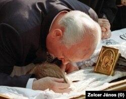 Mihail Gorbacsov felesége, Raisza ravatalánál 1999-ben