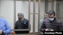 Qarasuvbazardaki «Hizb ut-Tahrir davası» boyunca mahküm etilgen Enver Ömerov, Riza Ömerov, Ayder Cepparov ve advokatları Edem Semedlâyev ve Nazim Şeyhmambetov Rostov-na-Donu mahkeme salonında, 2021 senesi yanvarniñ 12-si