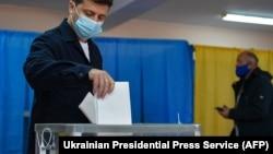 Украина президенти Володимир Зеленский маҳаллий сайловда овоз бермоқда.