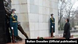 Президент 2002-жылы Аксы окуясында жана 2010-жылы Апрель окуясында элдин эркиндиги үчүн курман болгондордун элесине арналган монументке гүл коюуда. Бишкек шаары, 17-март, 2021-жыл