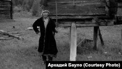 Хантыйский шаман у священного амбарчика