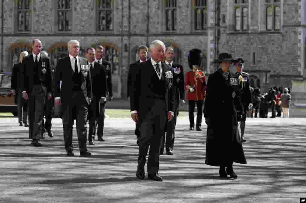 Члены королевской семьи (слева спереди): дети британского принца Филиппа – принц Чарльз, принцесса Анна, принц Эндрю, принц Эдвард, внук принц Уильям, сын принцессы Анны Питер Филипс, внук принц Гарри, муж принцессы Анны вице-адмирал Тим Лоуренс, граф Сноудон