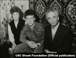Мирон Демб разом із сином та дружиною у 1993 році. Фото USC Shoah Foundation