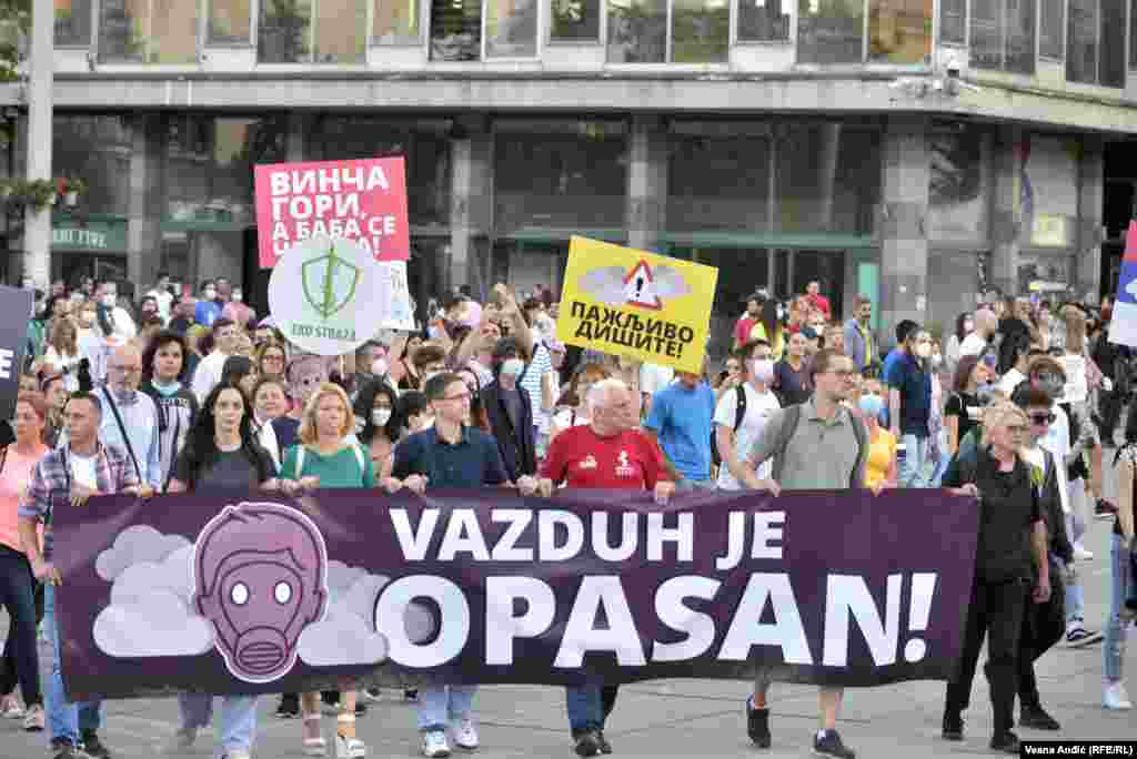 Aktivisti i deo građana prestonice Srbije okupili su se na platou Trga Slavija,jednom od glavnih kružnih tokova u prestonici, a protest je nastavljen šetnjom do Trga Republike u centru grada.
