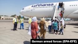 Эвакуированные из Афганистана люди садятся на самолет Lufthansa, который следует во Франкфурт. Международный аэропорт Ташкент, 19 августа 2021 года.