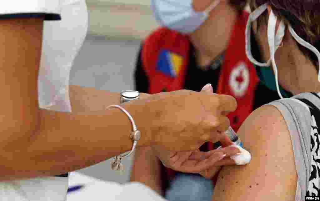 БИХ - Во Босна и Херцеговина (БиХ), која имаше големи проблеми со снабдување со вакцини против коронавирусот, сега ќе мора да уништи неколку стотици илјади дози затоа што за еден месец им истекува рокот за употреба.