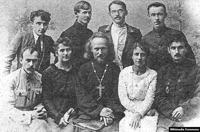 Працівники Ізяславської шкільної управи. Арсен Річинський перший праворуч у першому ряду. 1920 рік