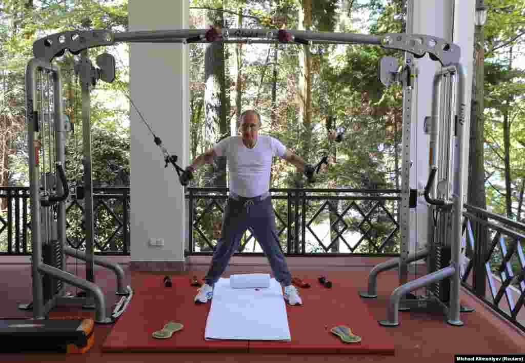 Kép 2015-ből: Putyin edz Szocsiban található rezidenciáján.