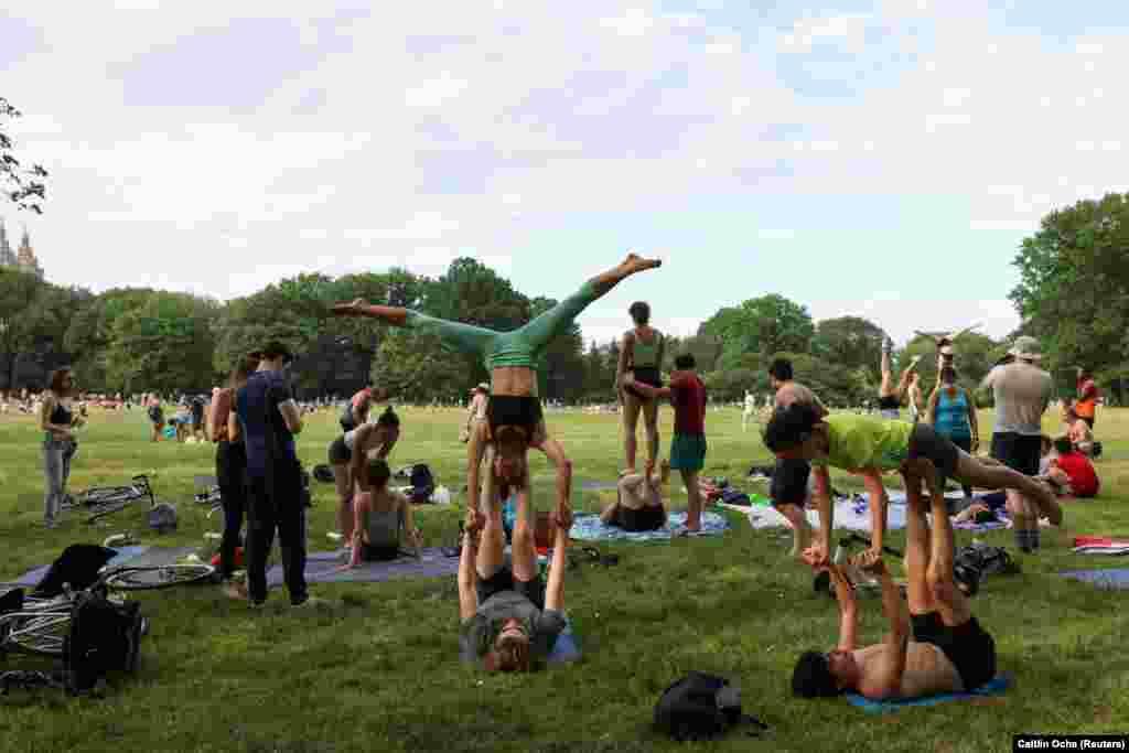 A Central Parkban tornáznak a fiatalok. Természetesen maszk nélkül.