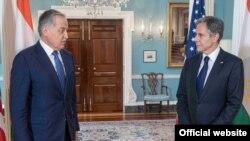 Госсекретарь США Энтони Блинкен (cправа) и министр иностранных дел Таджикистана Сироджиддин Мухриддин