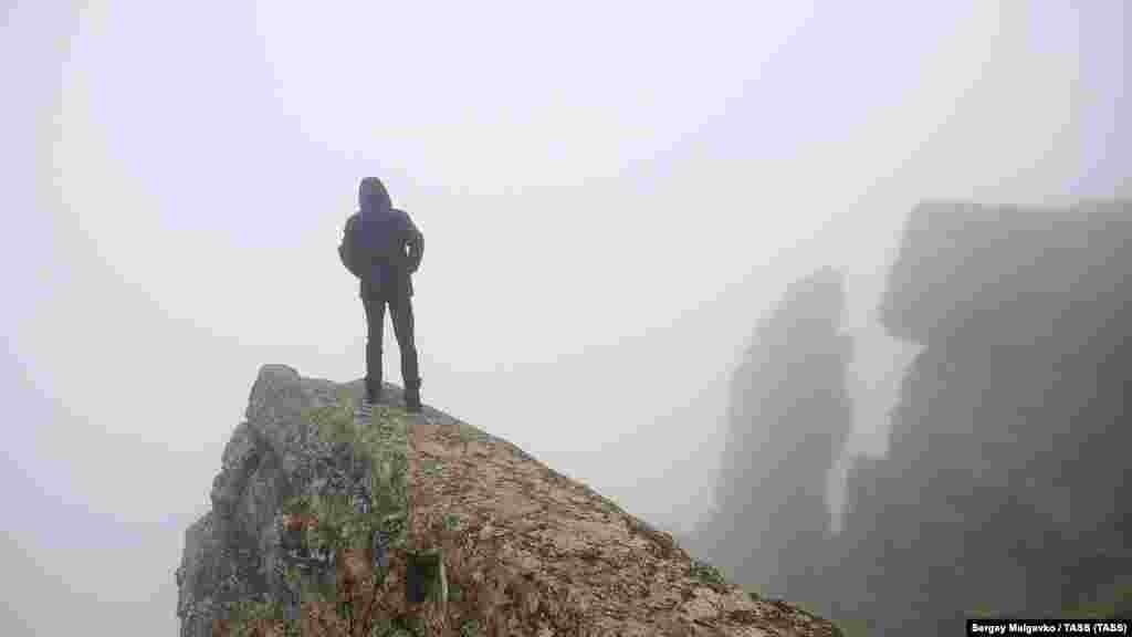 Tuman Köktebel yanındaki Klementyev dağınıñ «Zvezdopad vospominaniy» manzara meydançığını sarıp aldı