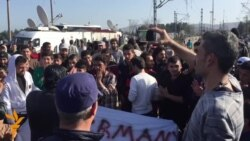 Бегалците со мирни протести бараат влез во Македонија