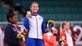 Xhudistja nga Kosova, Nora Gjakova pozon me medaljen e artë olimpike.