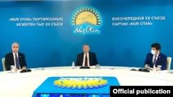 Нурсултан Назарбаев, председатель партии «Нур Отан» (в центре), президент Казахстана Касым-Жомарт Токаев и заместитель председателя «Нур Отана» Бауыржан Байбек на съезде. Нур-Султан, 25 ноября 2020 года.