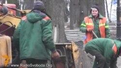 Десятки комунальників прибирають парк після «антимайдану»